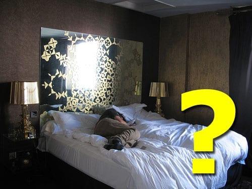 κρεβάτι σουίτας ξενοδοχείου