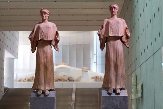 Δύο Πήλινες Νίκες. Ακρωτήρια στέγης ρωμαϊκής εποχής. 1ος-3ος αι. μ.Χ. - Credit Νίκος Δανιηλίδης