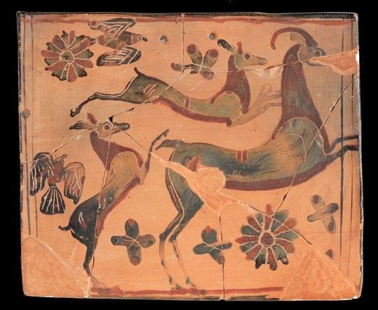 Πήλινο αναθηματικό πλακίδιο από το Ιερό της Νύμφης. Ελαφίνα με τα μικρά της σε ανθισμένο τοπίο με πουλιά. 6ος αι. π.Χ. - Credit Νίκος Δανιηλίδης