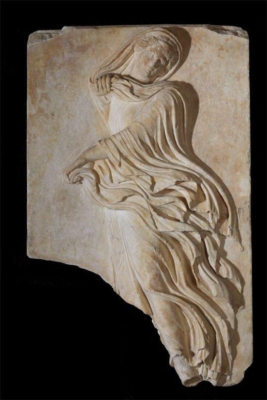 Από το Διονυσιακό Θέατρο. Ανάγλυφη πλάκα με παράσταση χορεύτριας. Μάρμαρο πεντελικό. 1ος αι. π.Χ. - Credit Νίκος Δανιηλίδης