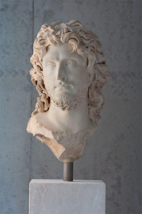 Προτομή νέου βάρβαρου ηγεμόνα. Βρέθηκε στο Θέατρο του Διονύσου. Γύρω στο 2ο αι. μ.Χ. - Credit Νίκος Δανιηλίδης
