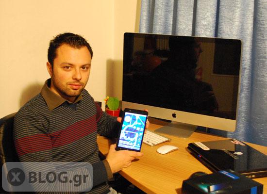 Ο Μιχάλης Μίχαλος κρατάει το tablet ZTE Light