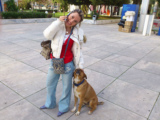 Πόπη Δομάζου με τον σκυλάκο Κανέλο
