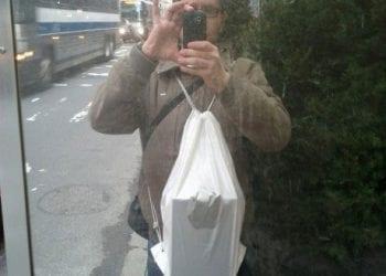 Ο Άγγελος Σφακιανάκης με το iPad 2