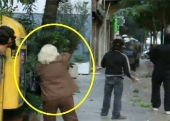 Riot Granny | Δείτε την ατρόμητη γιαγιά που πετάει πέτρα στα ΜΑΤ!