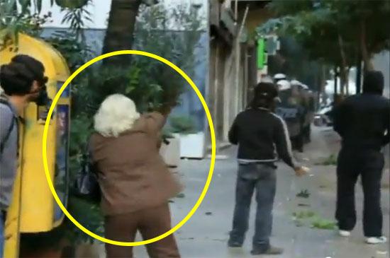 Riot Granny   Δείτε την ατρόμητη γιαγιά που πετάει πέτρα στα ΜΑΤ!