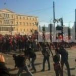Το απόλυτο χάος στην Αθήνα: 100 άτομα διέλυσαν μια μεγάλη συγκέντρωση – Απλός θεατής η αστυνομία