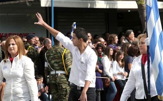 Αποβολή στον μαθητή που μούντζωσε τους επισήμους στην παρέλαση της Λάρισας