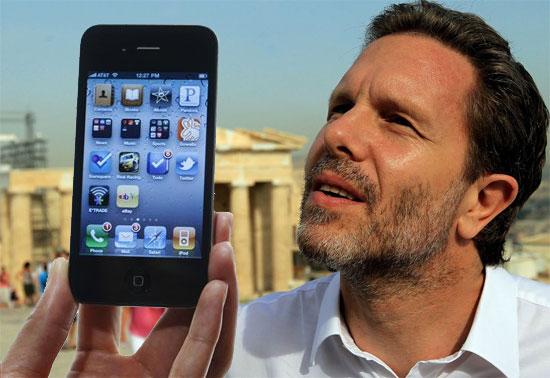 Ένα iPhone 4S για τον υπουργό Πολιτισμού και Τουρισμού Παύλο Γερουλάνο,