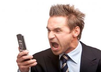 Νευριασμένος καταναλωτής στο τηλέφωνο