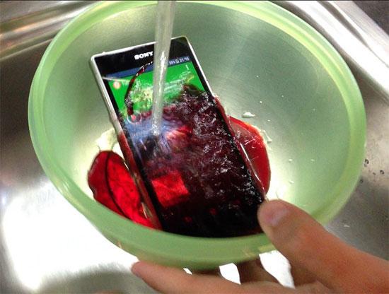 Sony Xperia Z1 με σιρόπι βύσσινο και νερό