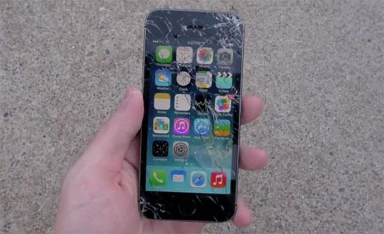iPhone 5S αντιμέτωπο με σφυριά, μαχαίρια, φωτιά, σαμπάνια