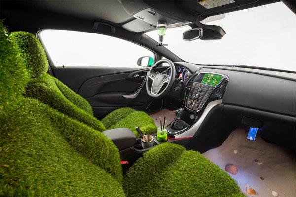 Opel Astra, με καθίσματα από γρασίδι και άμμο στα πόδια