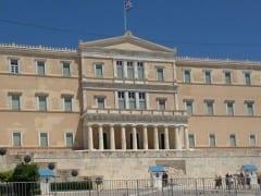 Επιτέλους ξηλώθηκαν τα κάγκελα από τη Βουλή (βίντεο)