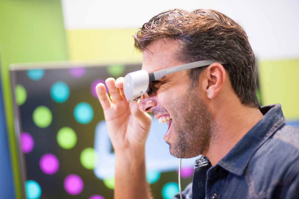 Ο Αντώνης Βλοντάκης δοκιμάζει την VR μάσκα εικονικής πραγματικότητας της LG και με το LG G5