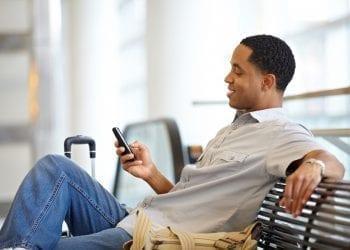 Άντρας χρησιμοποιεί smartphone κινητό