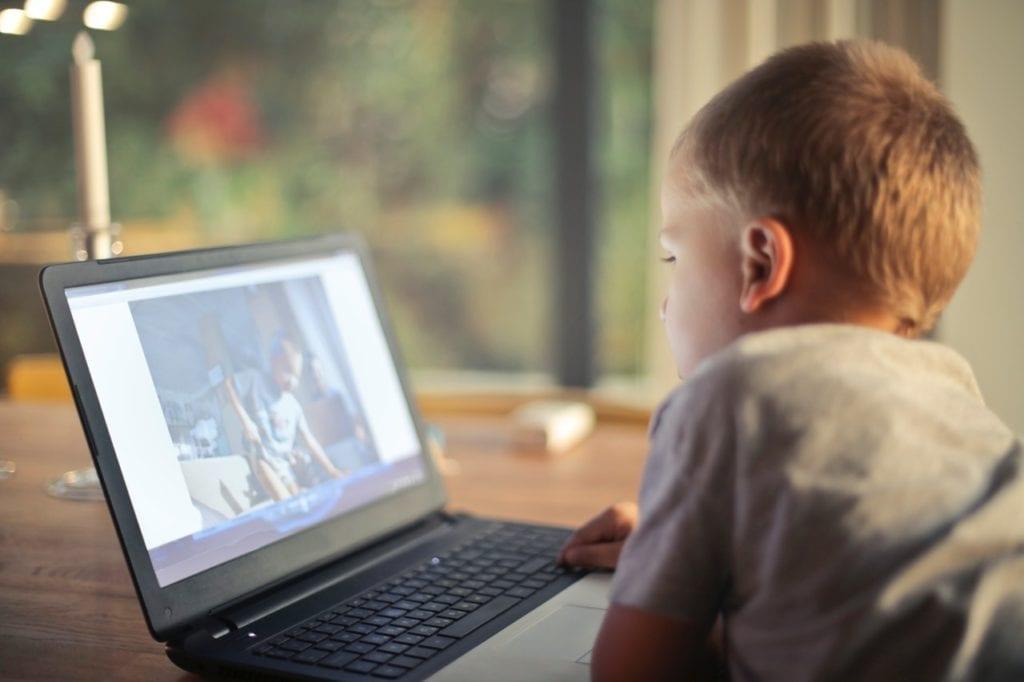 Παιδί με laptop στο Internet